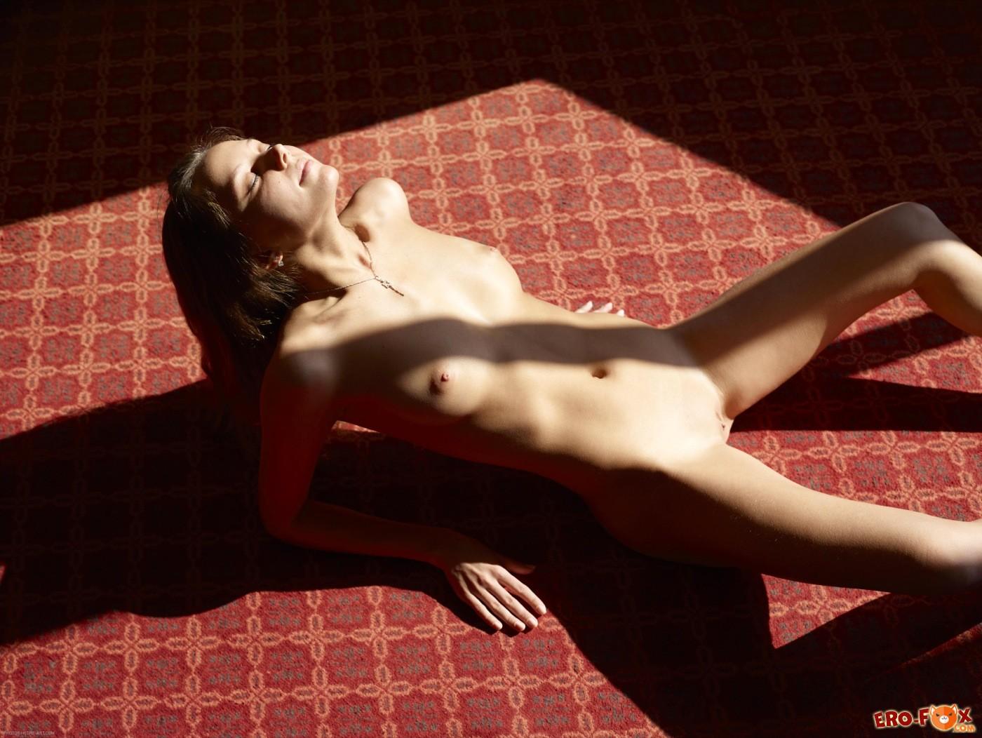 Молодая девица с голой попой прогибается раком - фото