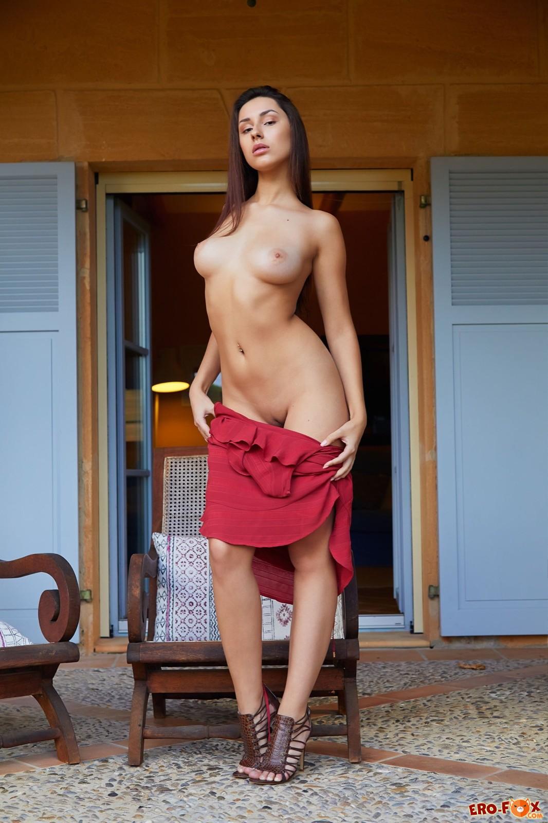Девушка в платье с длинными ногами засветила попу - фото