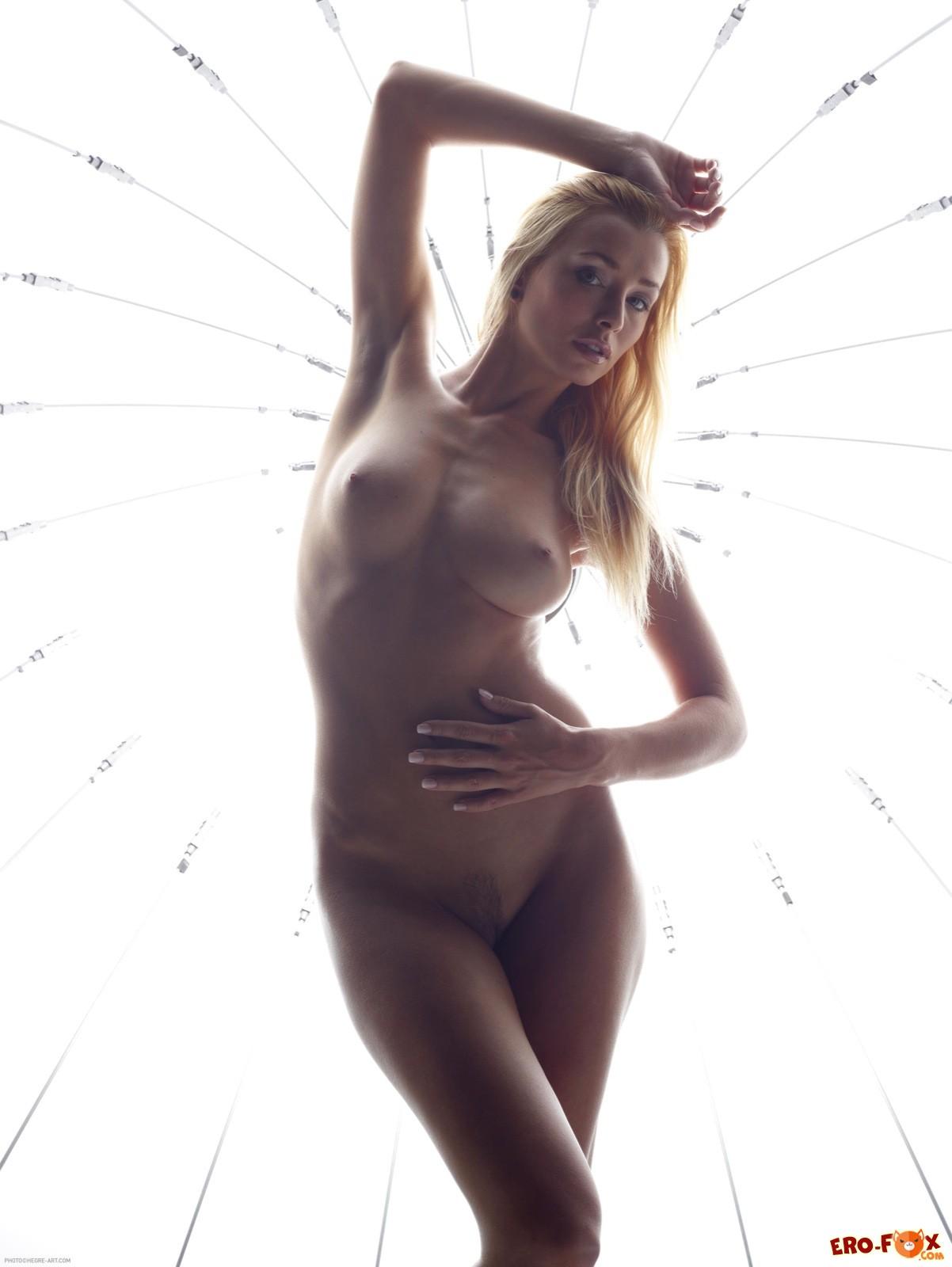 Сексуальная модель с большими и упругими дойками - фото