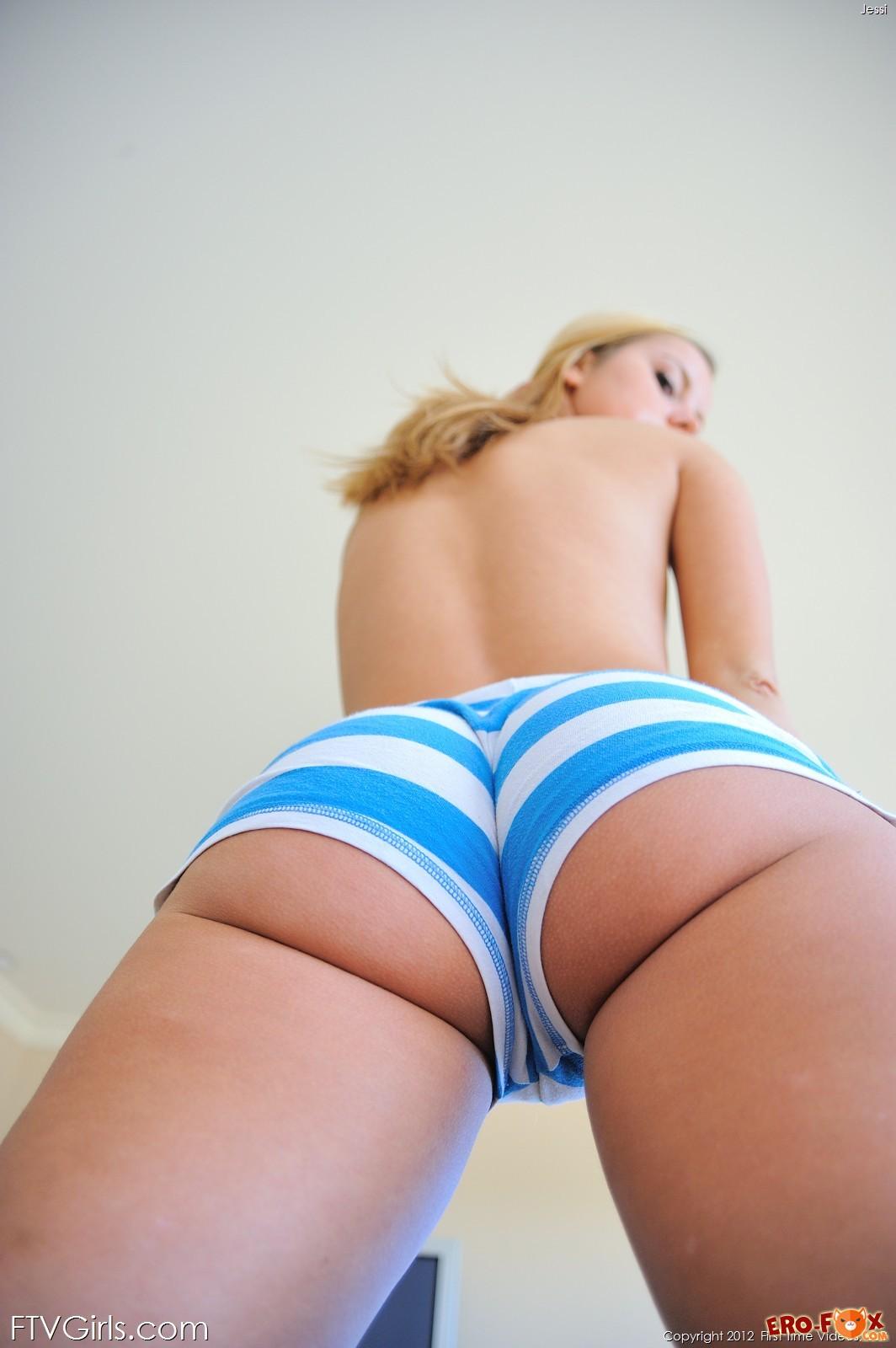Девушка с пышной попкой в стрингах шортиках и голая - фото