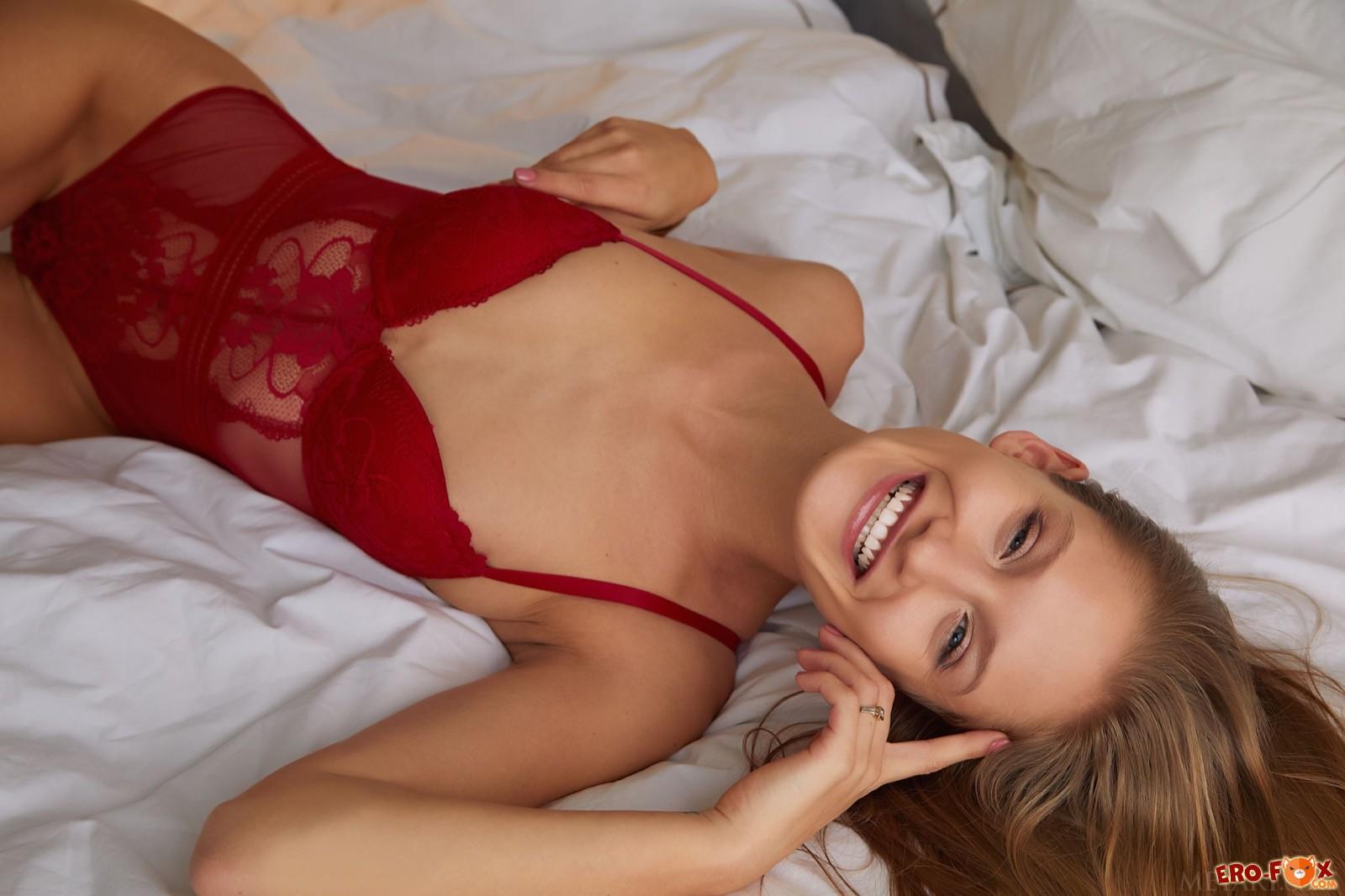 Худышка с тощей попкой показала киску на кровати - фото