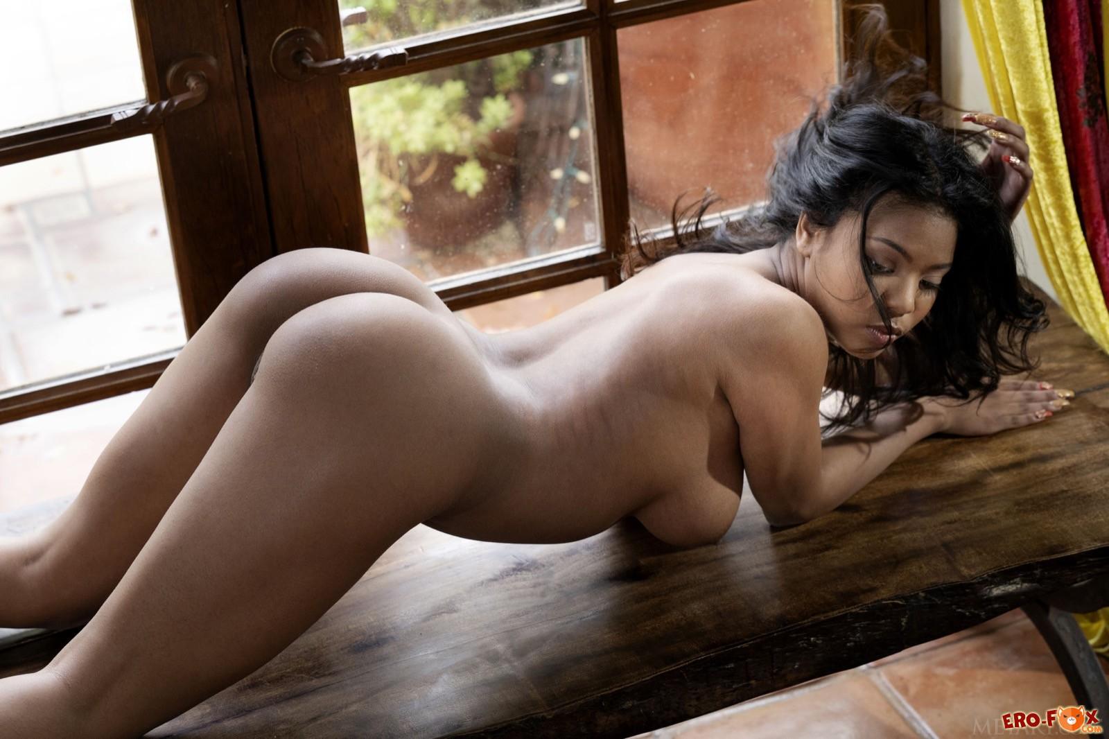 Чернокожая деваха с крупными дойками и сочной попой - фото