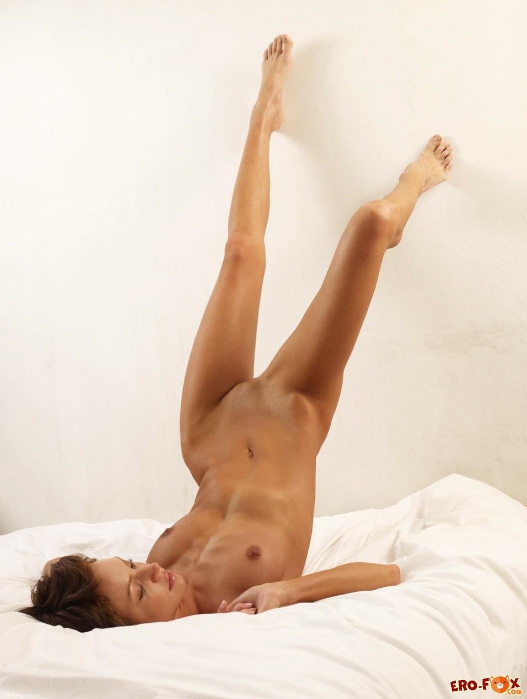 Худая голая девушка с короткой стрижкой - фото