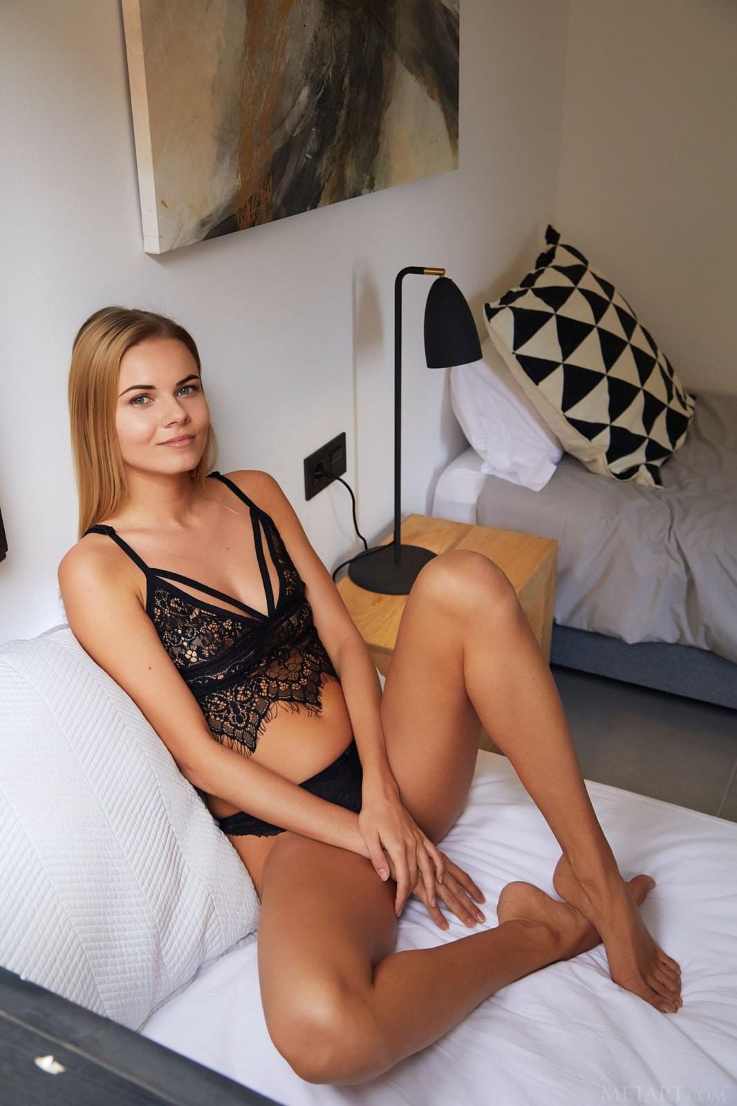 Красивая девушка в нижнем белье в постели - фото
