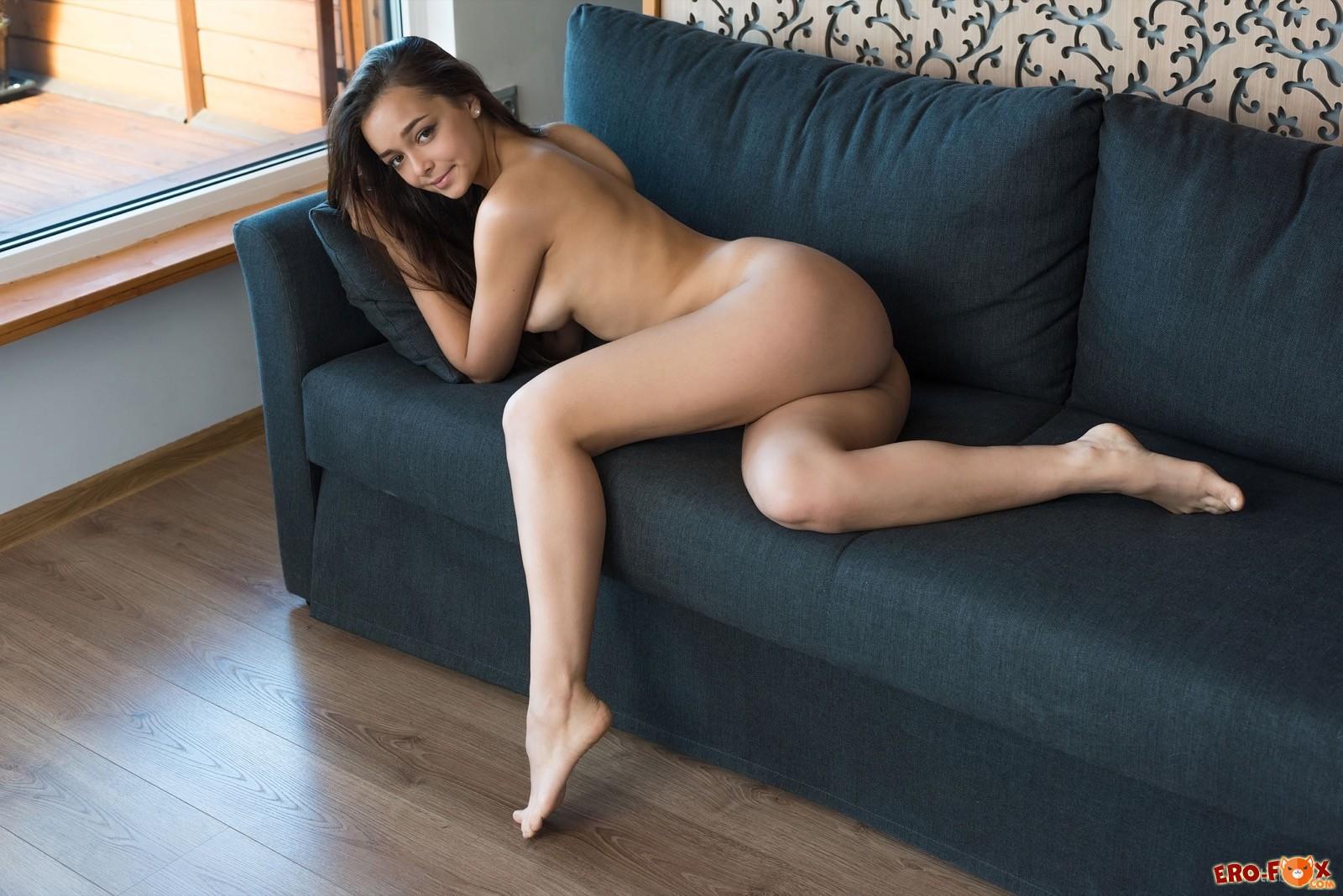 Голая девушка с шикарным телом и упругими формами - фото