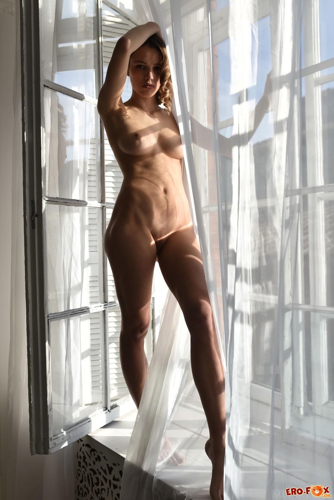 Голая девушка за прозрачными занавесками - фото