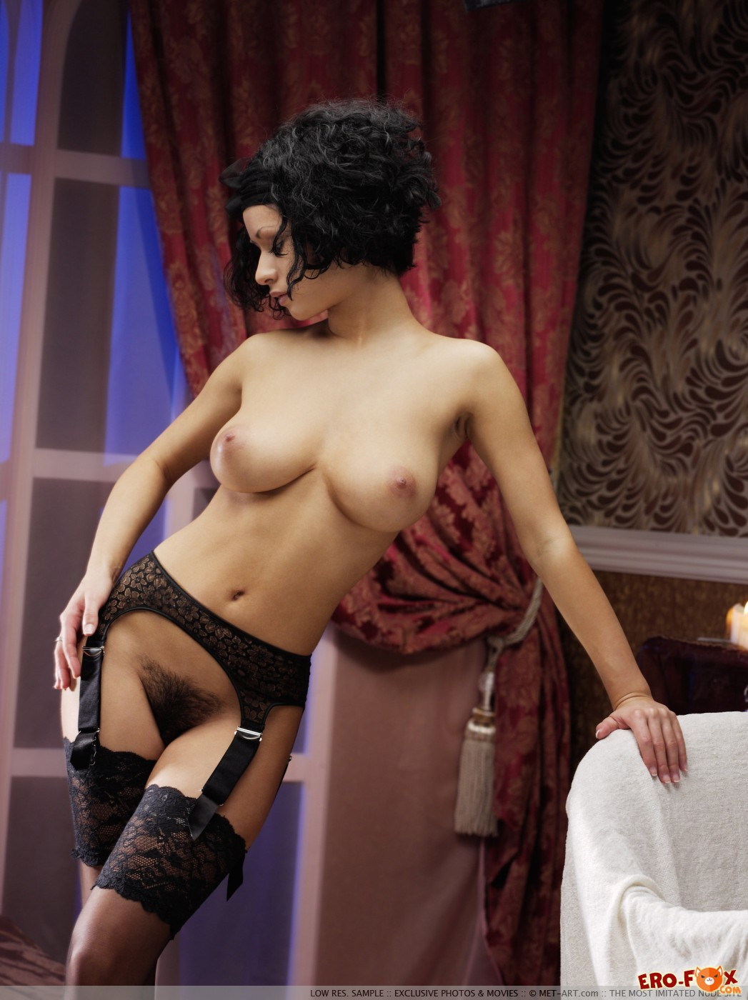 Брюнетка в чулках с заросшей писькой и крупной грудью - фото