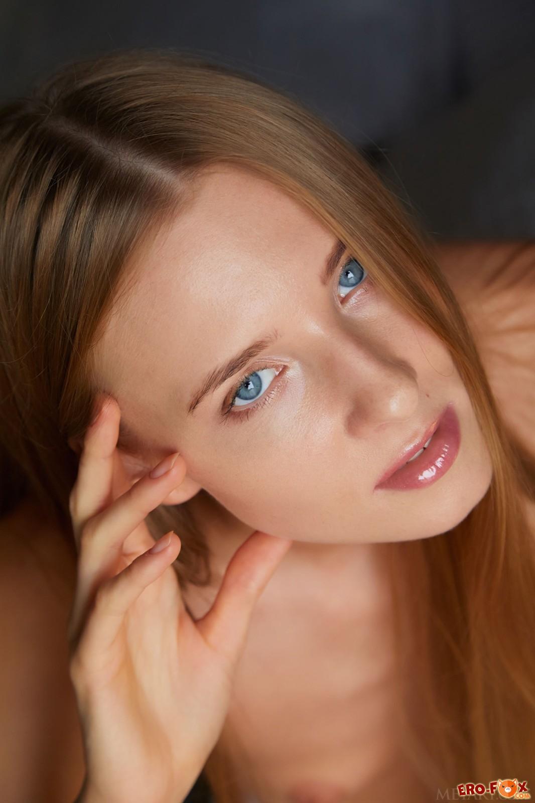 Голая девка с плоской грудью в постели - фото