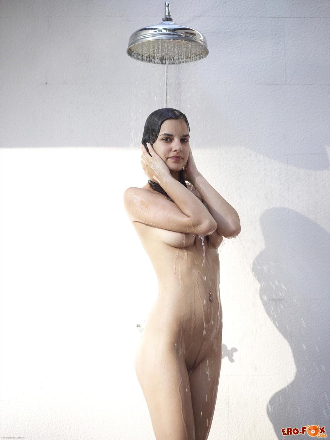 Тощая девушка голая моется  - фото