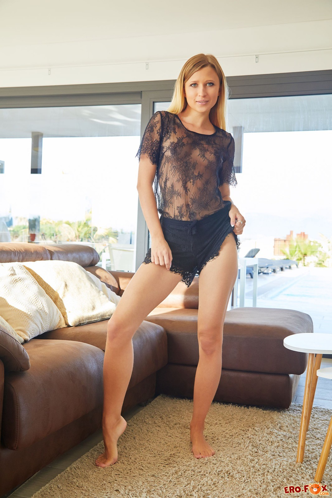 Сексуальная блондинка с красивой голой писей - фото