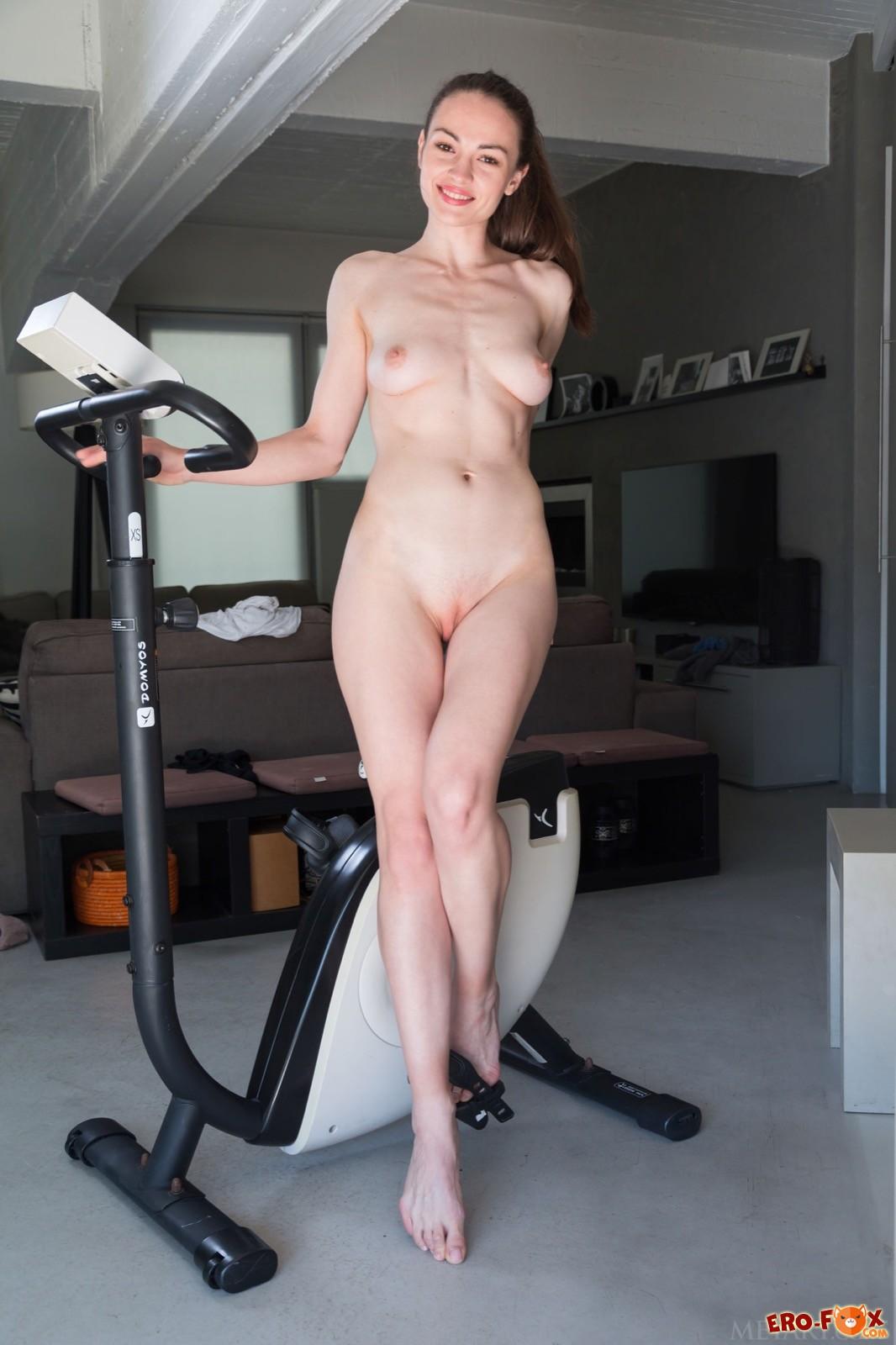 Голая девица занимается спортом - фото