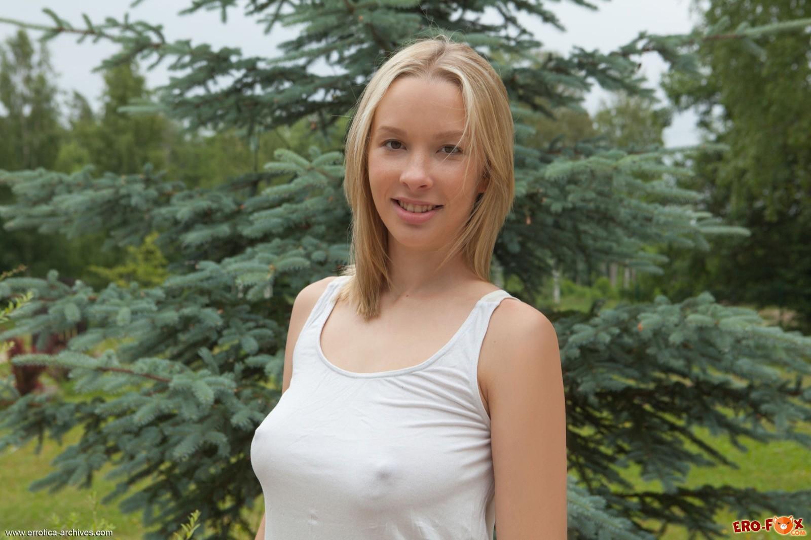 Грудастая блондинка с сочной жопой без трусов - фото