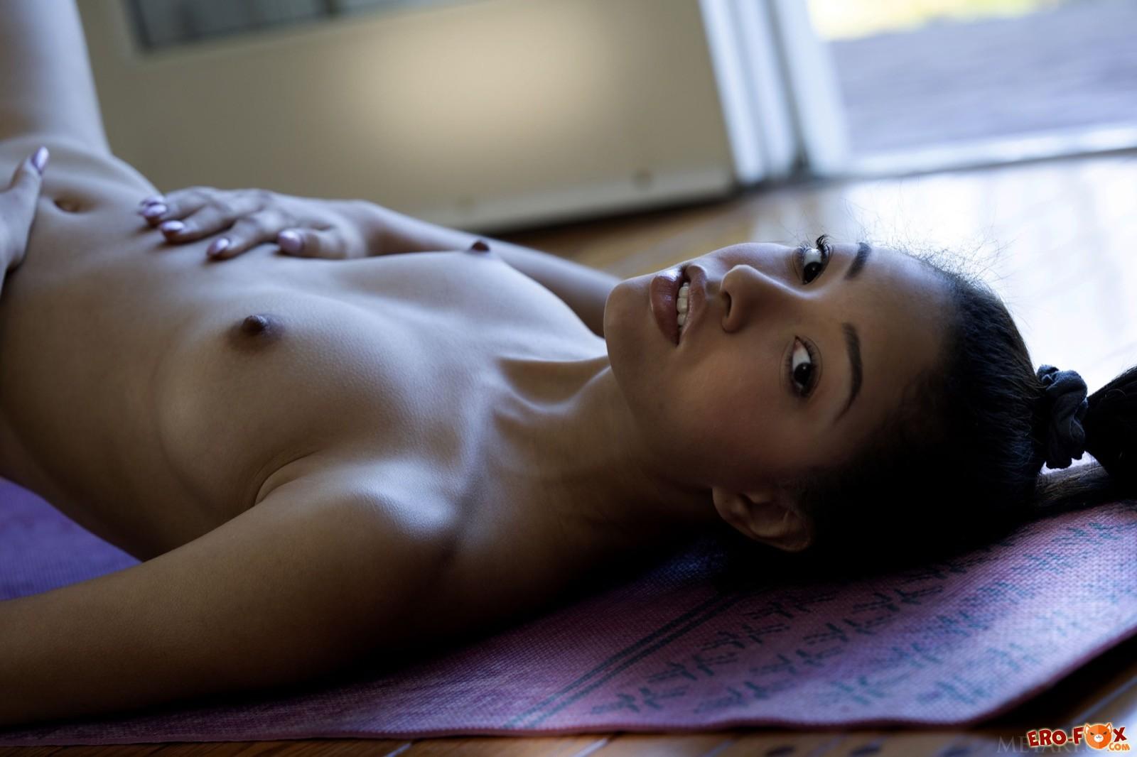 Сексуальная брюнетка голая занимается йогой - фото