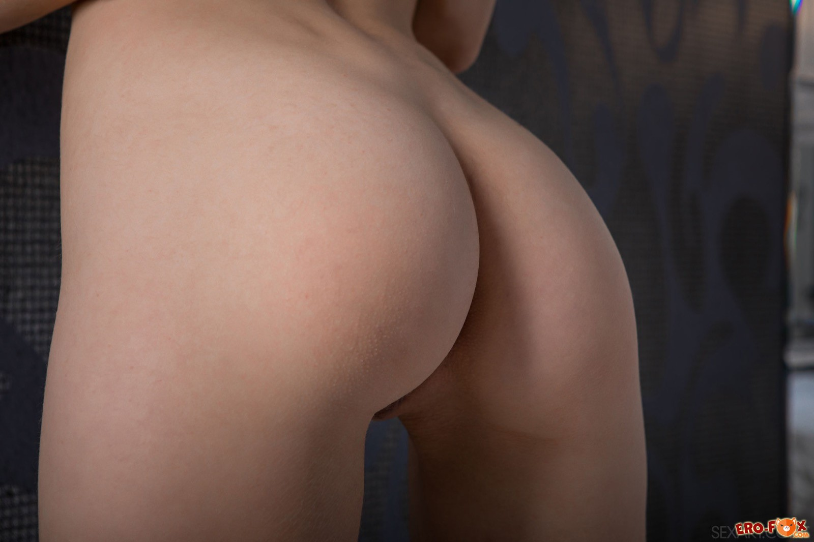 Молодая домохозяйка с красивым телом на кровати - фото