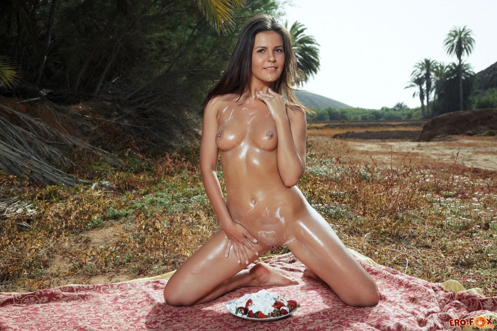 Голая сексуальная девка измазалась сливками - фото
