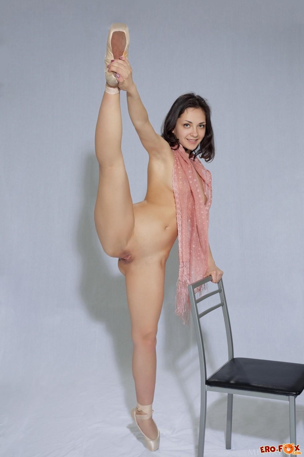 Молодая балерина с голой попкой раздвигает ноги - фото