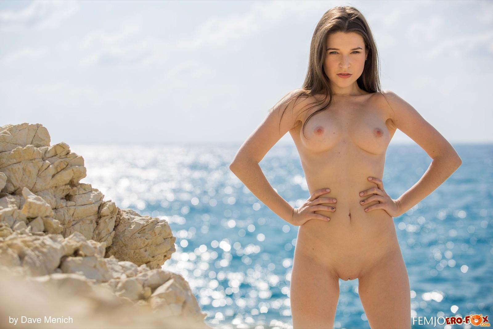 Обаятельная модель оголила сексуальное тело у моря - фото