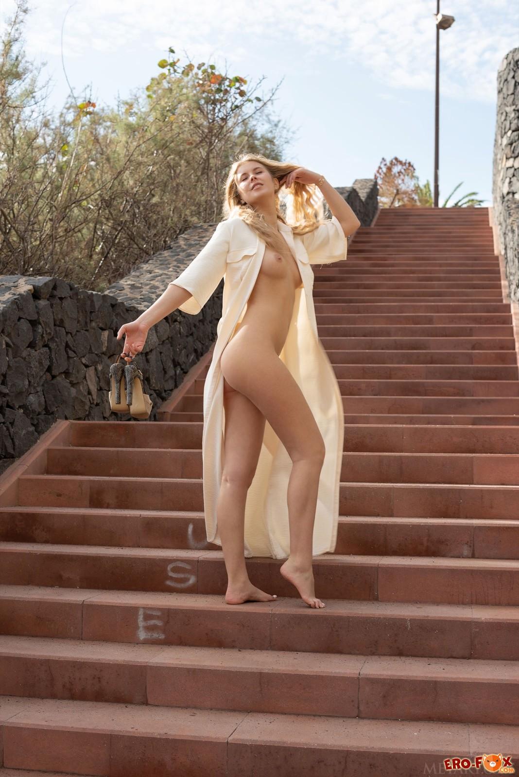 Эксгебиционистка с сексуальным телом гуляет в парке - фото