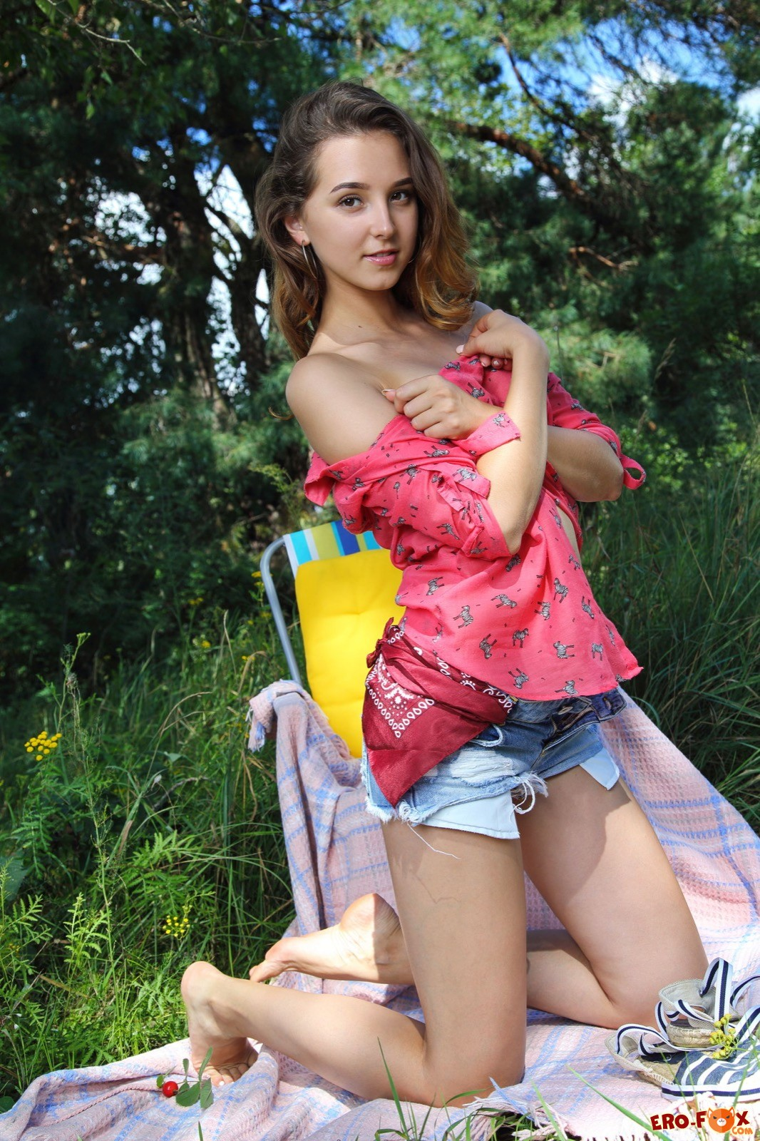 Молодая голая девка с плоским животом на природе - фото