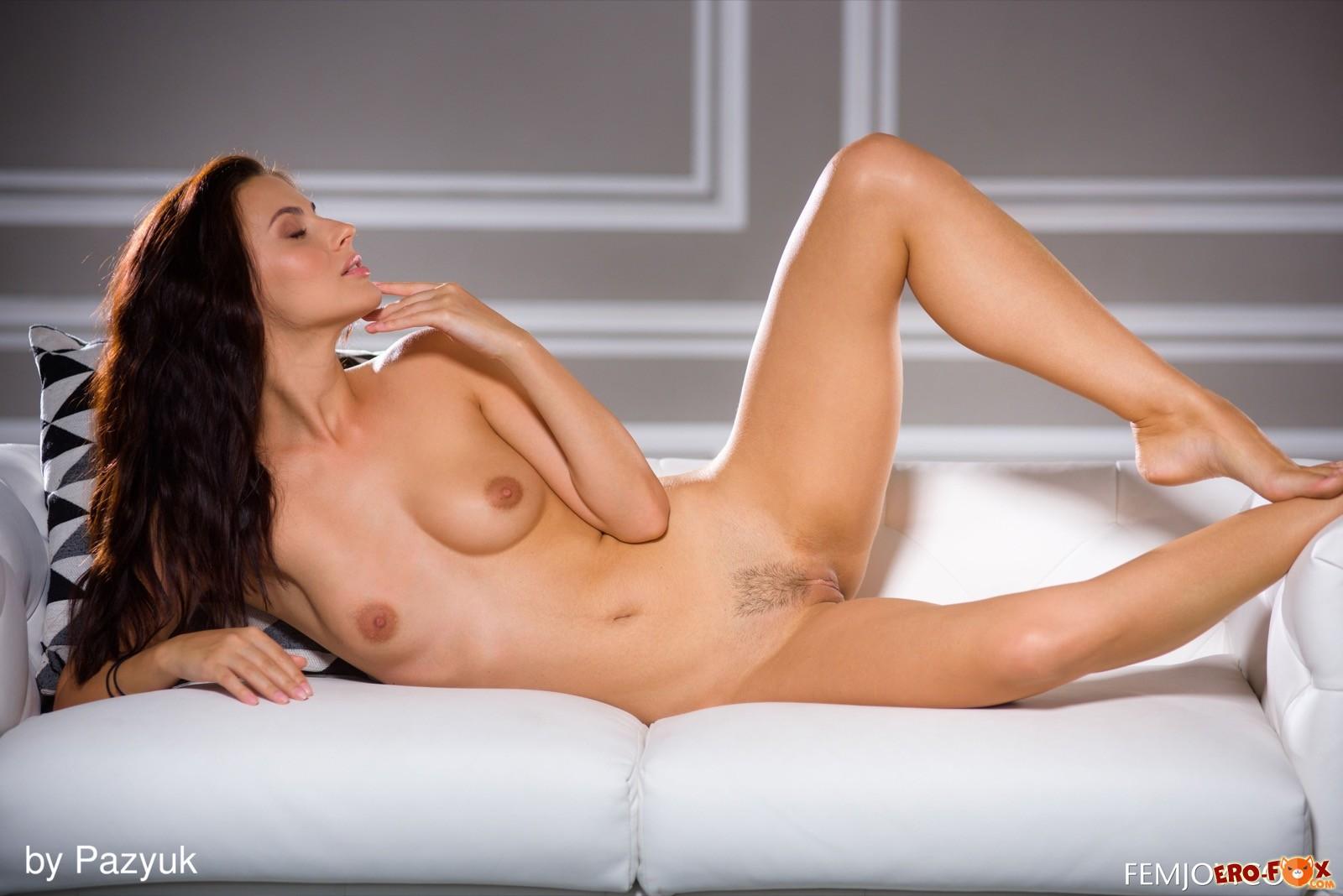 Обнажённая девушка в прозрачном боди с кружевами - фото