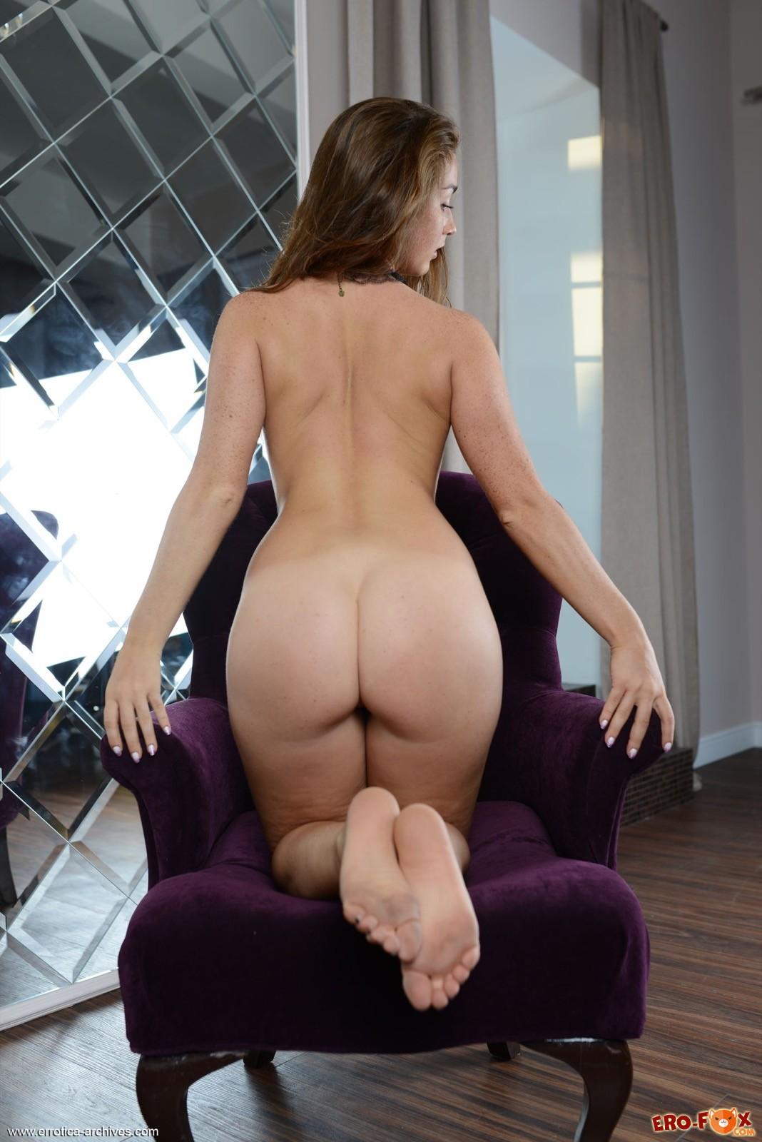 Секси девка показала крупную попу в кресле - фото