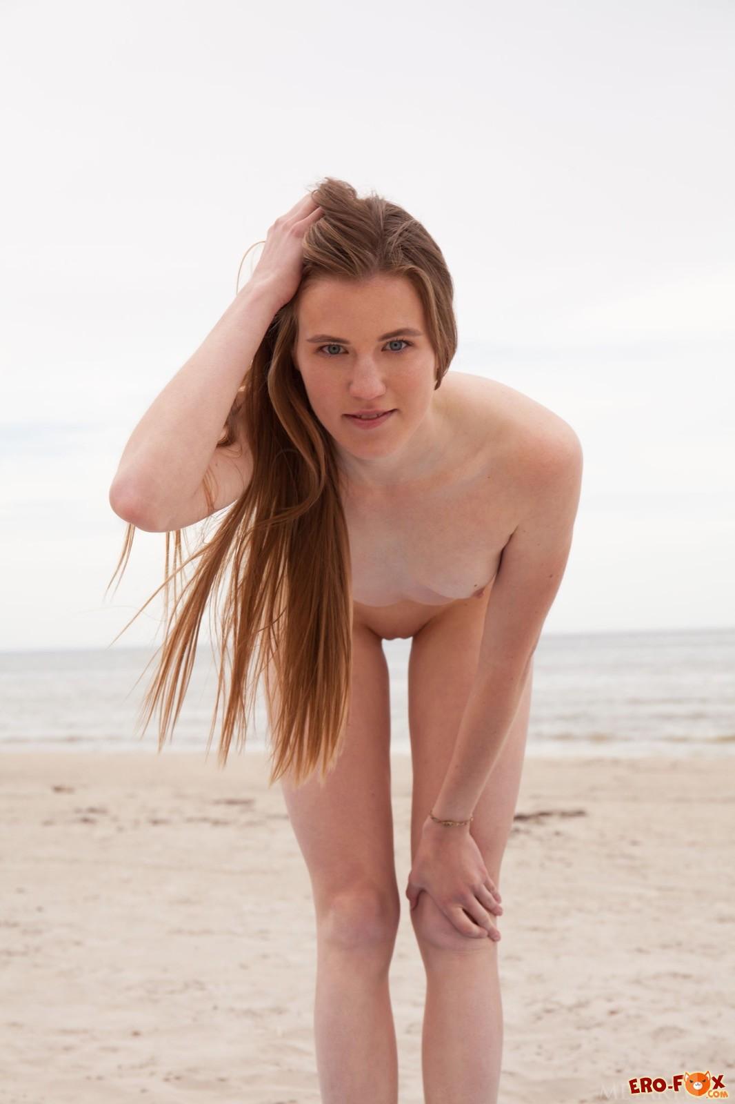 Голая девица без трусов занимается йогой на пляже - фото