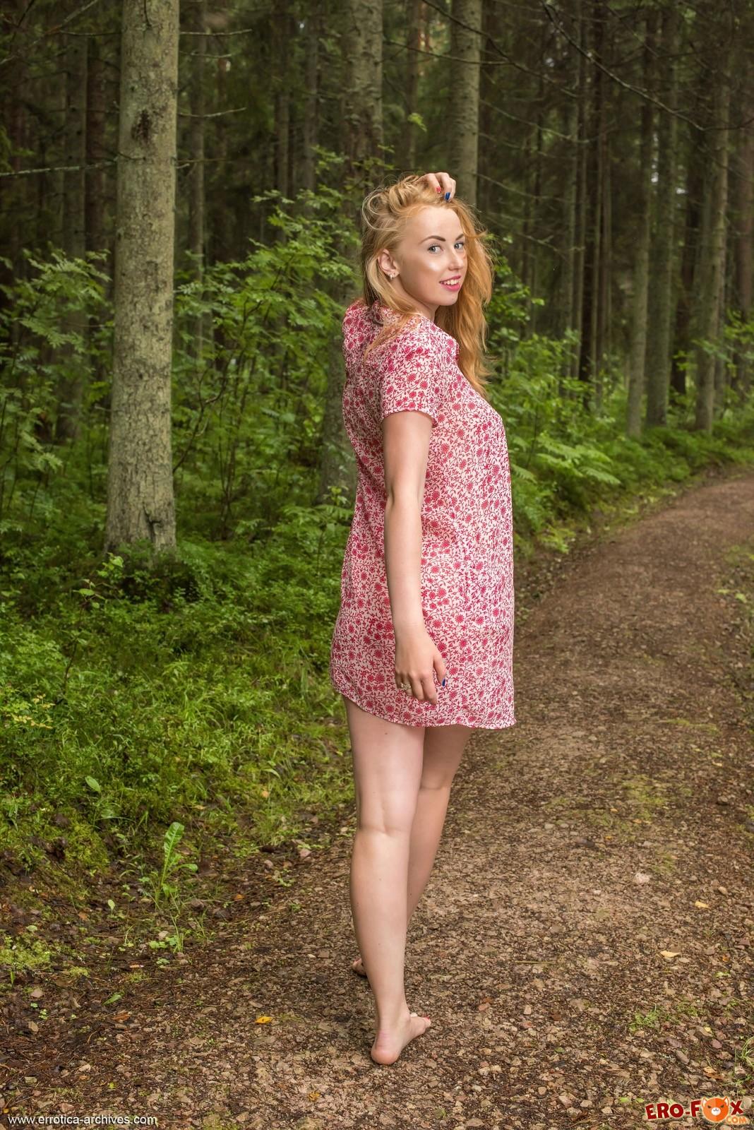 Аппетитная голая сучка гуляет в лесу - фото