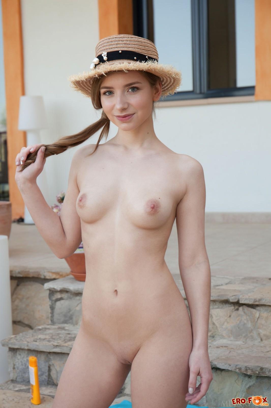 Молодая милашка с красивым голым телом - фото