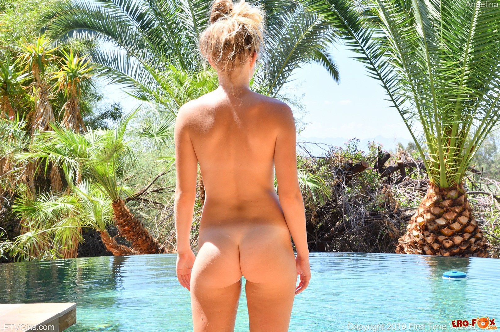 Спортивная блондинка оголившись купается в бассейне - фото