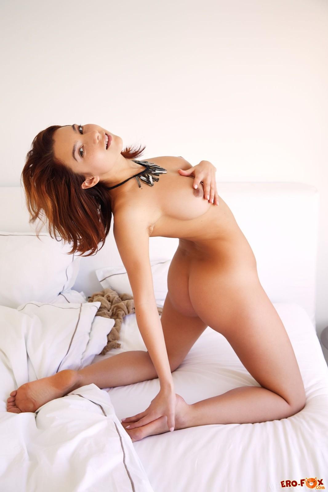 Красотка оголила упругие сиськи с торчащими сосками - фото