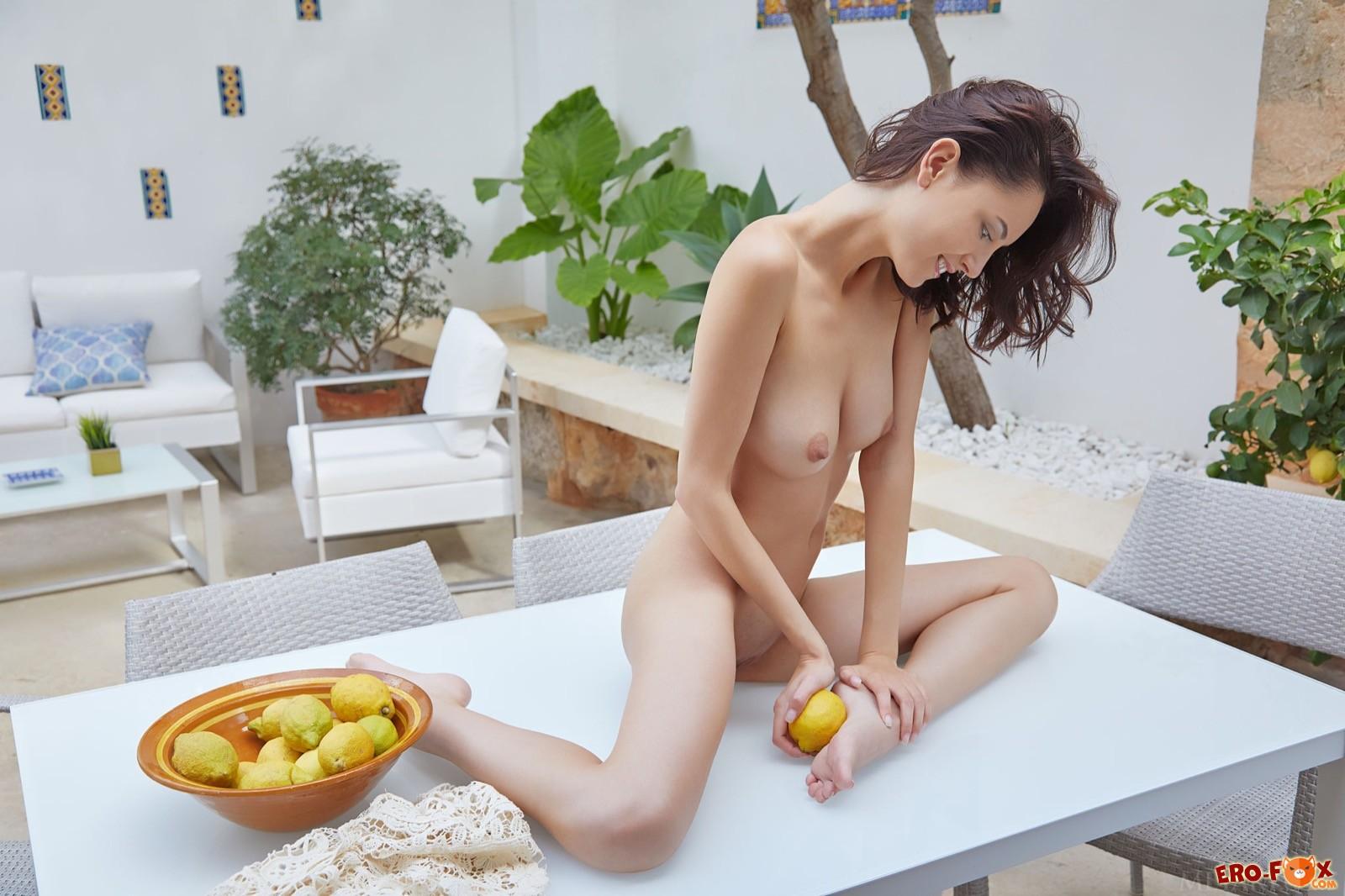 Худая длинноногая девица голая лежит на столе - фото