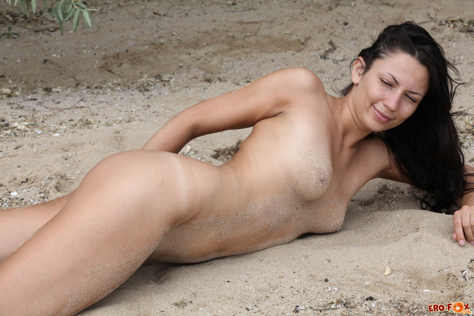 Тридцатилетняя девушка снимает трусики на пляже - фото