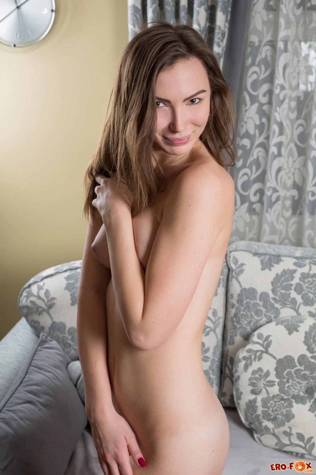 Скинув боди красотка выгибается голая на диване - фото