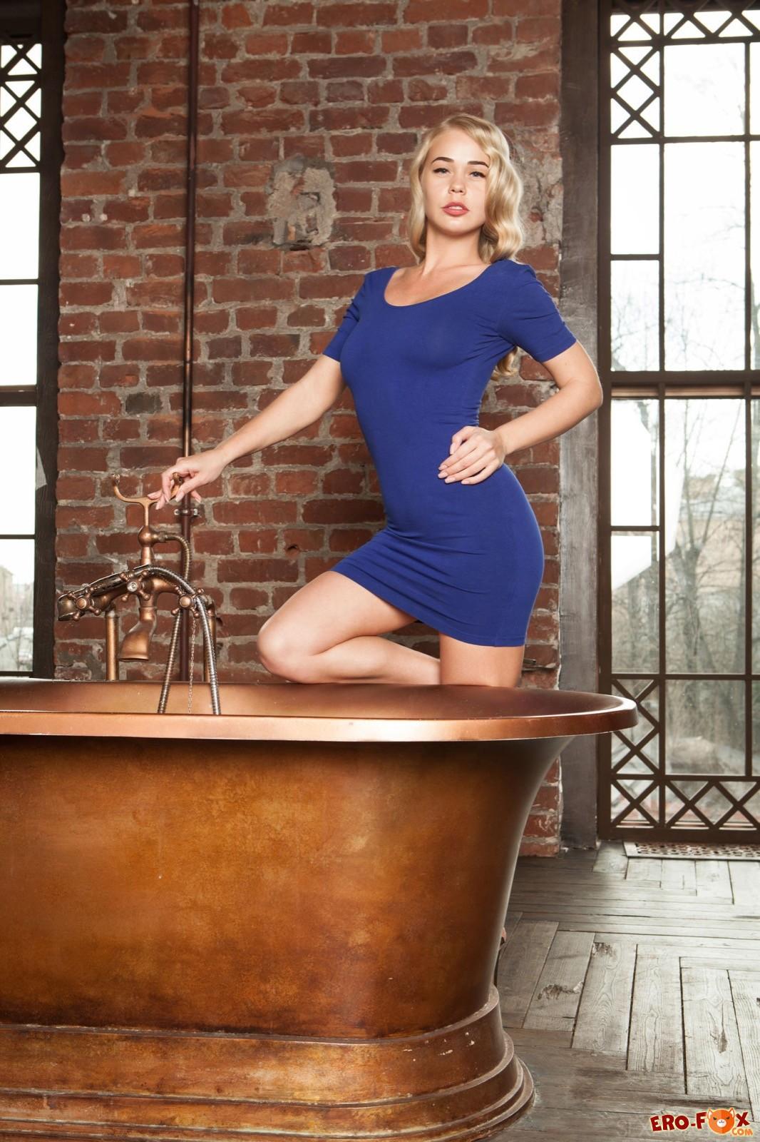Блондинка на высоких каблуках снимает платье - фото