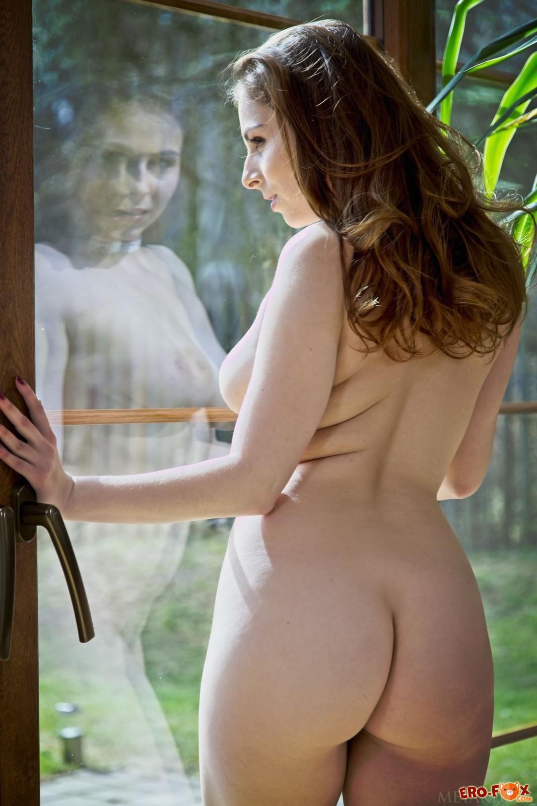 Аппетитная голая девушка с большими формами - фото