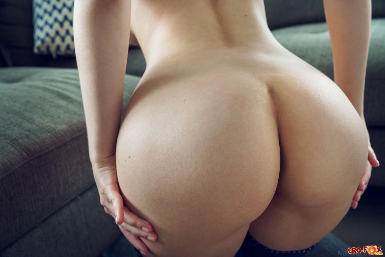 Милашка с большой красивой попой стоит раком - фото