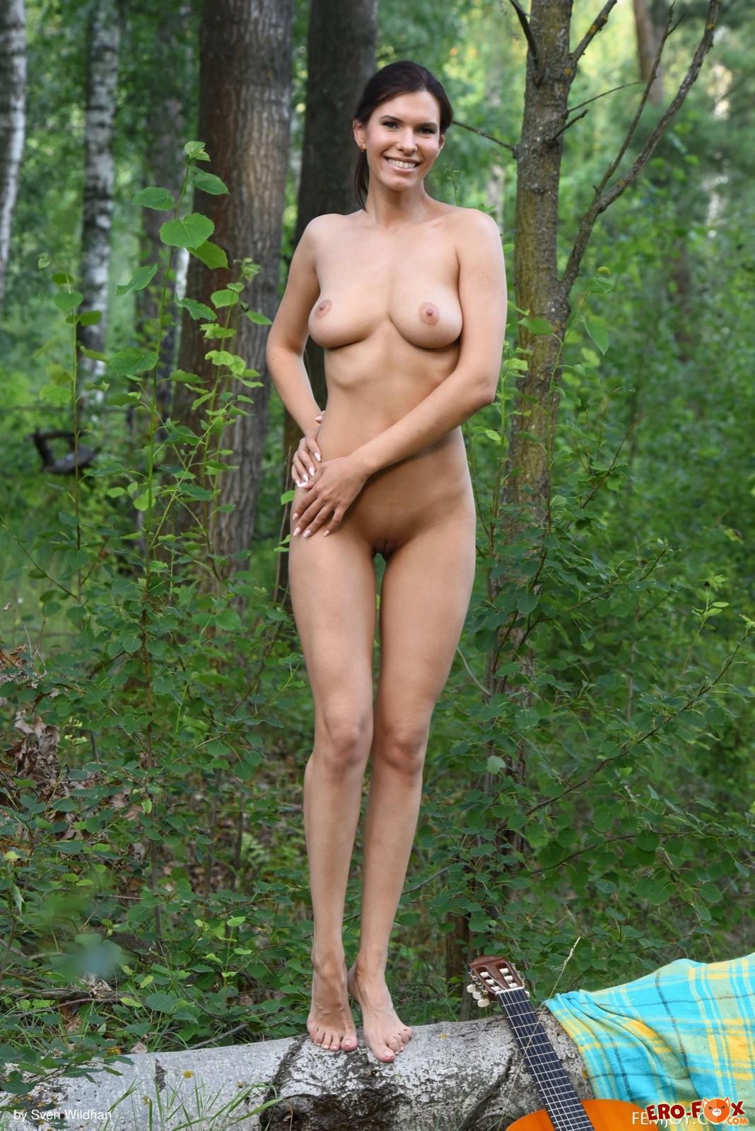 Девушка в рваных джинсах разделась до гола в лесу - фото