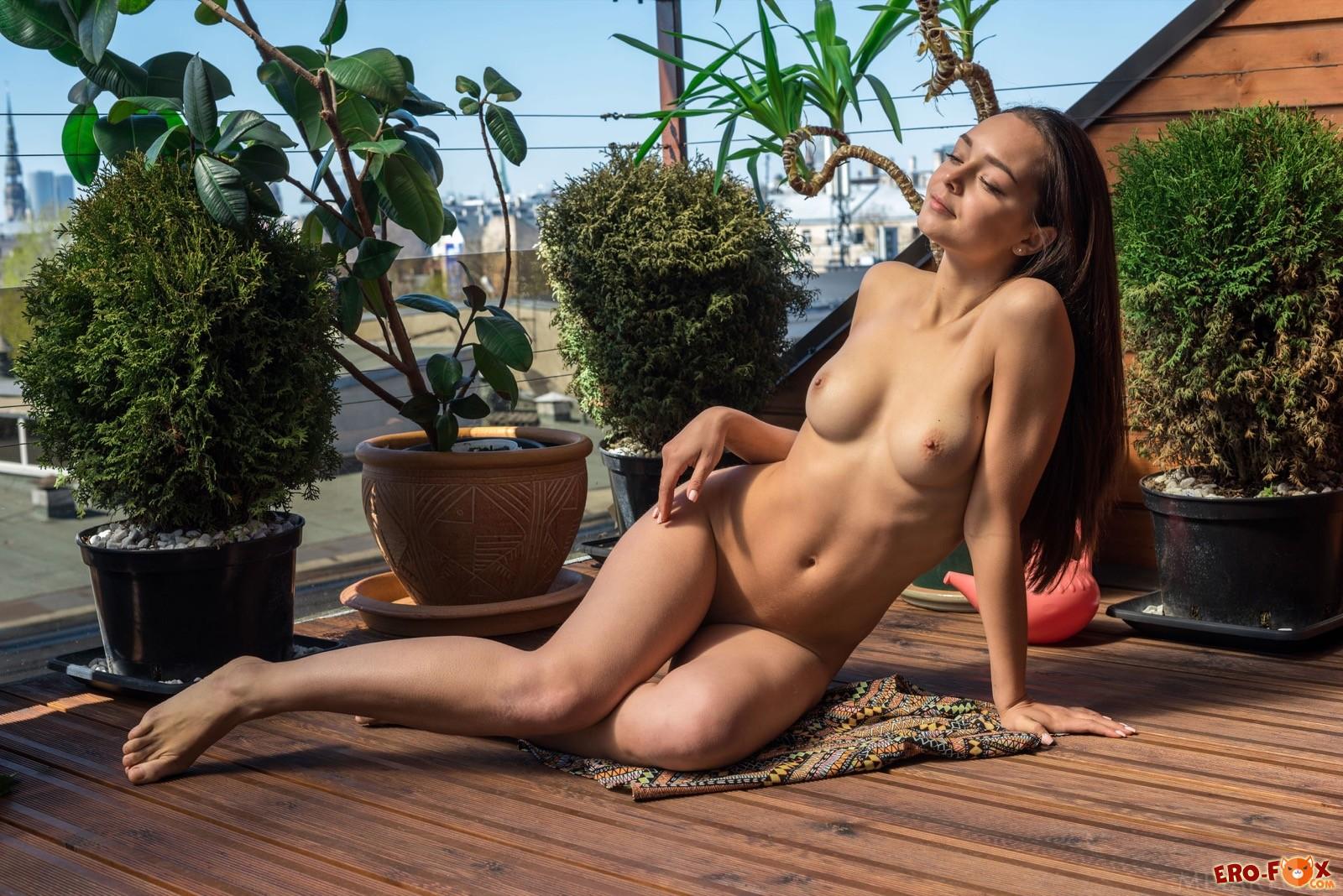 Голая девушка встала раком на терассе - фото