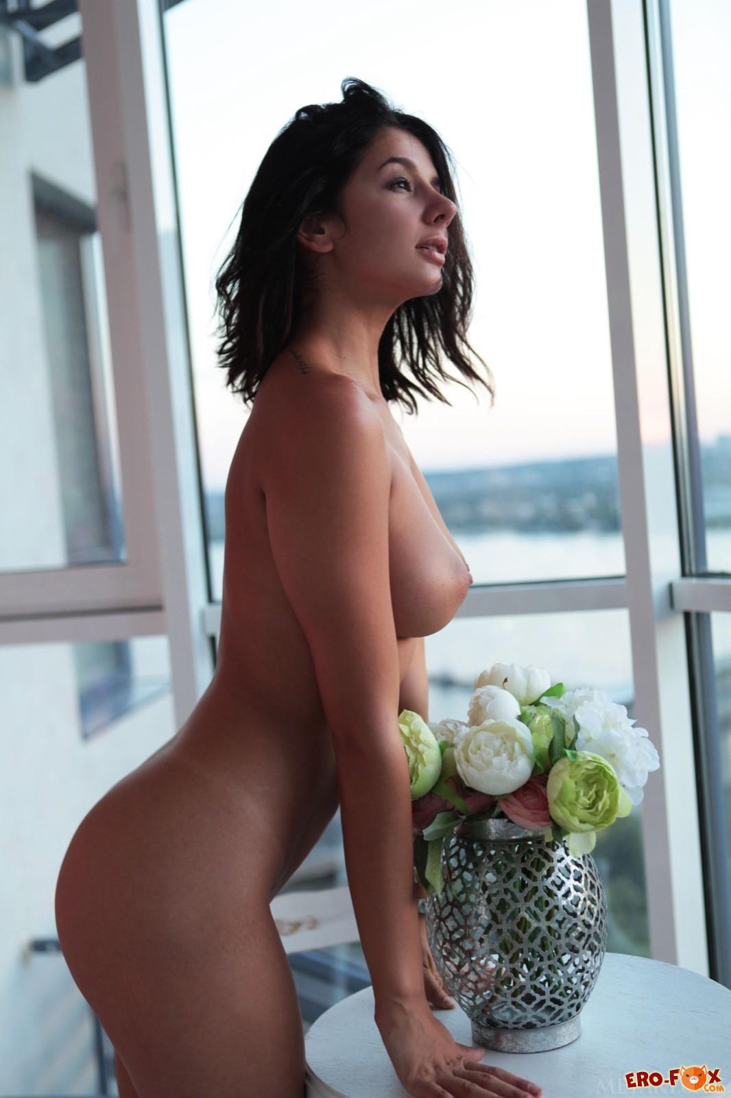 Развратная девка с сексуальным телом в спальне - фото