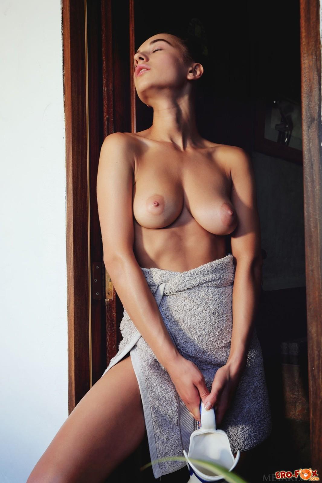 Голая девушка облила сиськи и письку молоком  - фото