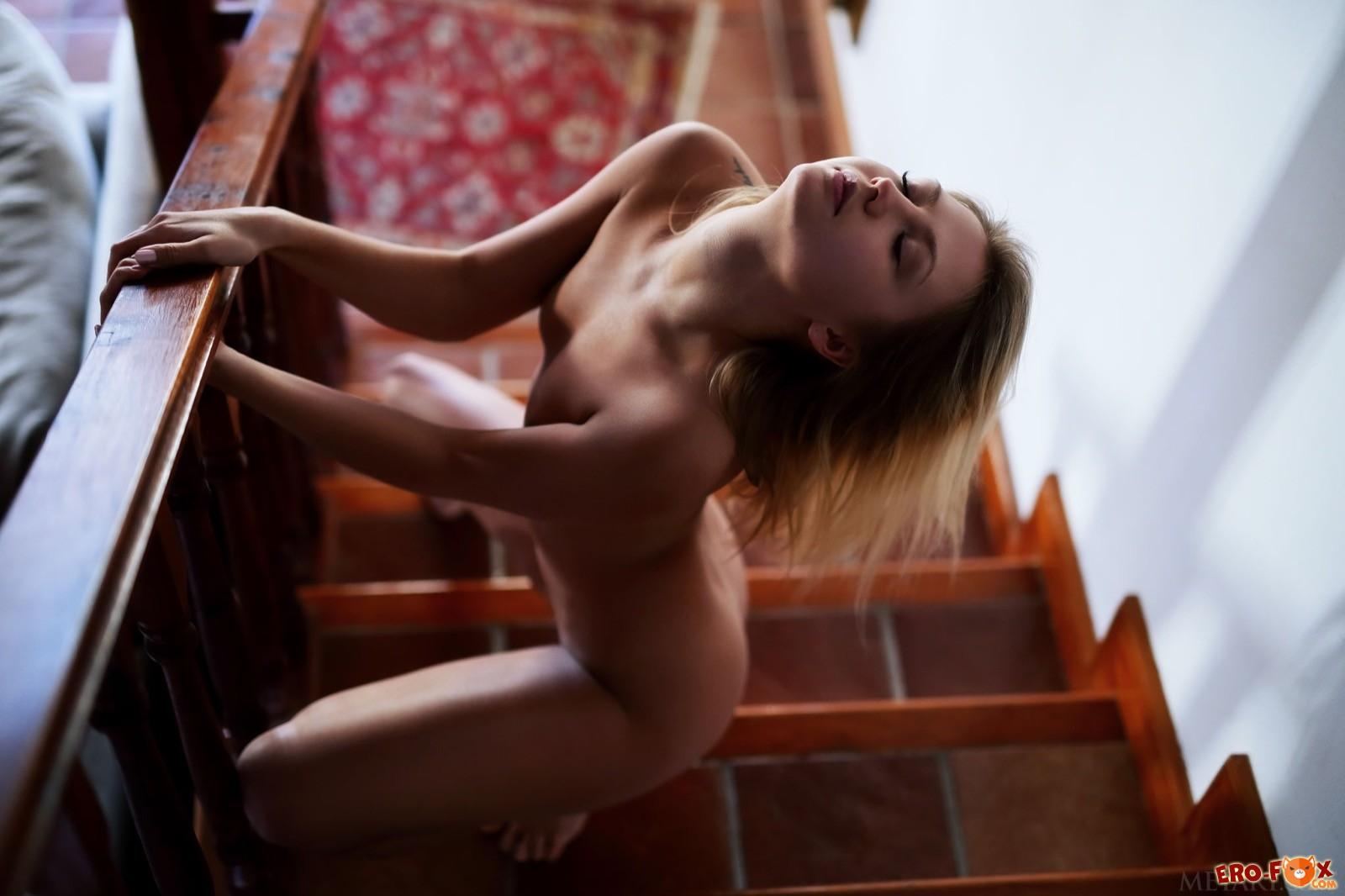 Очень красивая и стройная голая блондинка - фото
