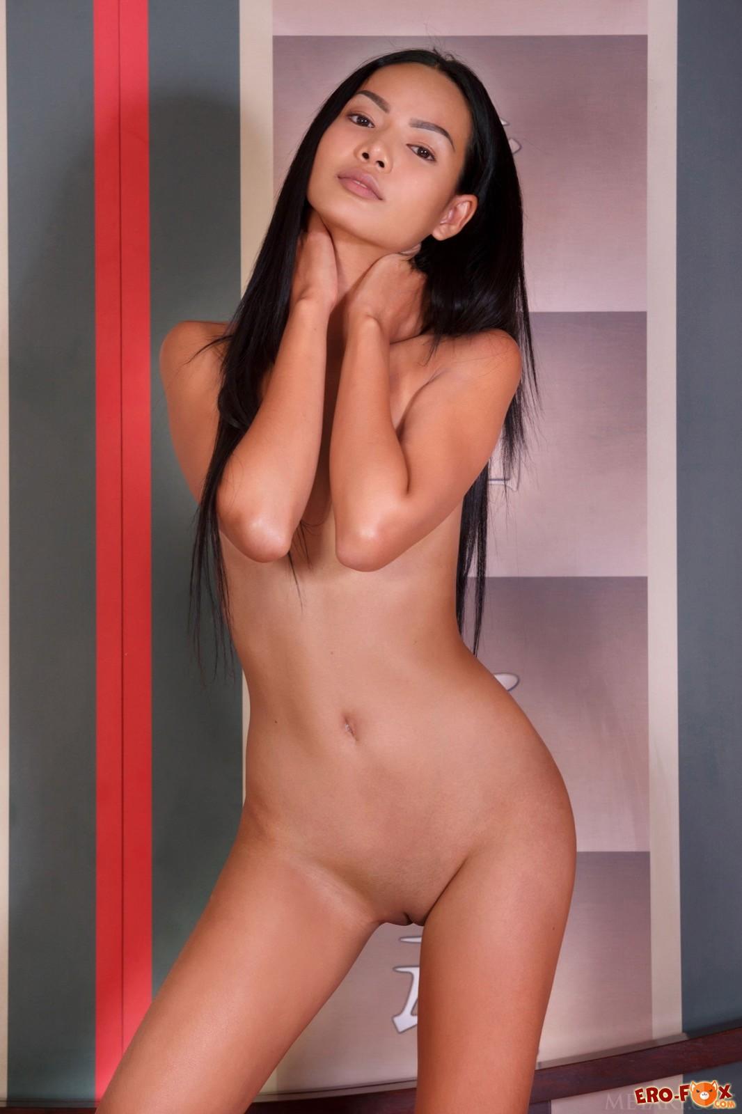 Молодая голая кореянка в постели - фото