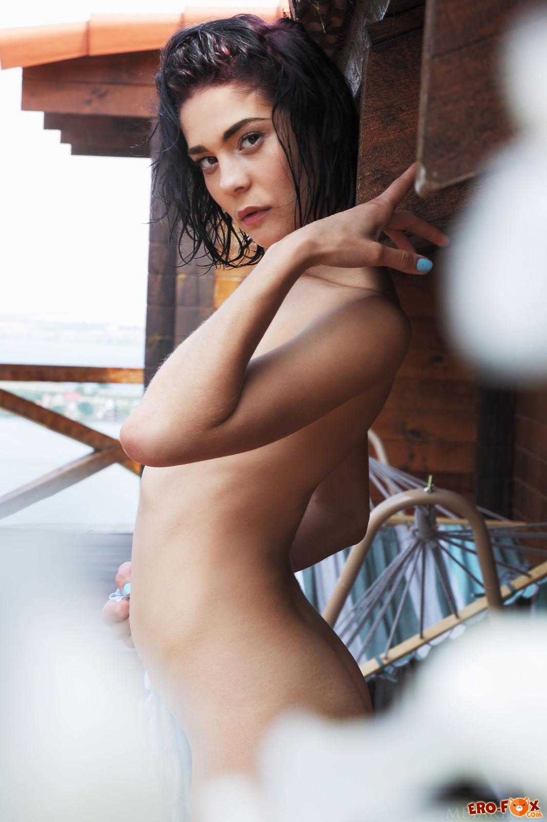 Мокрая девушка с темными волосами разделась у бассейна - фото