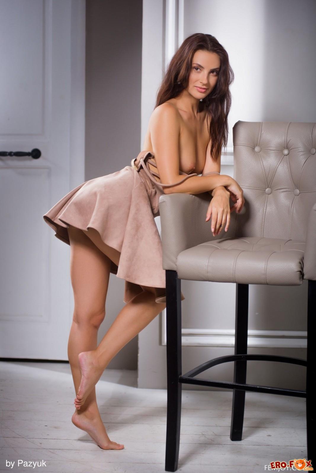 Симпатичная девушка медленно снимает платье - фото