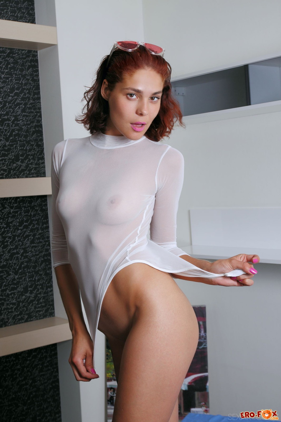 Обаятельная девушка позирует в эротичном боди и без - фото