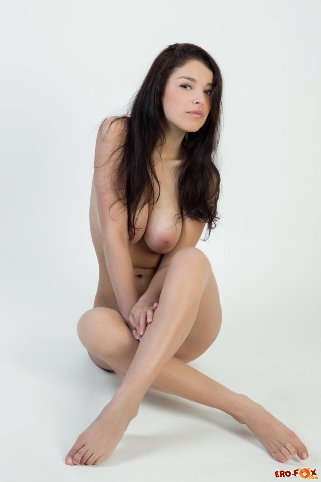 Грациозная голая модель показывает крупные дойки - фото