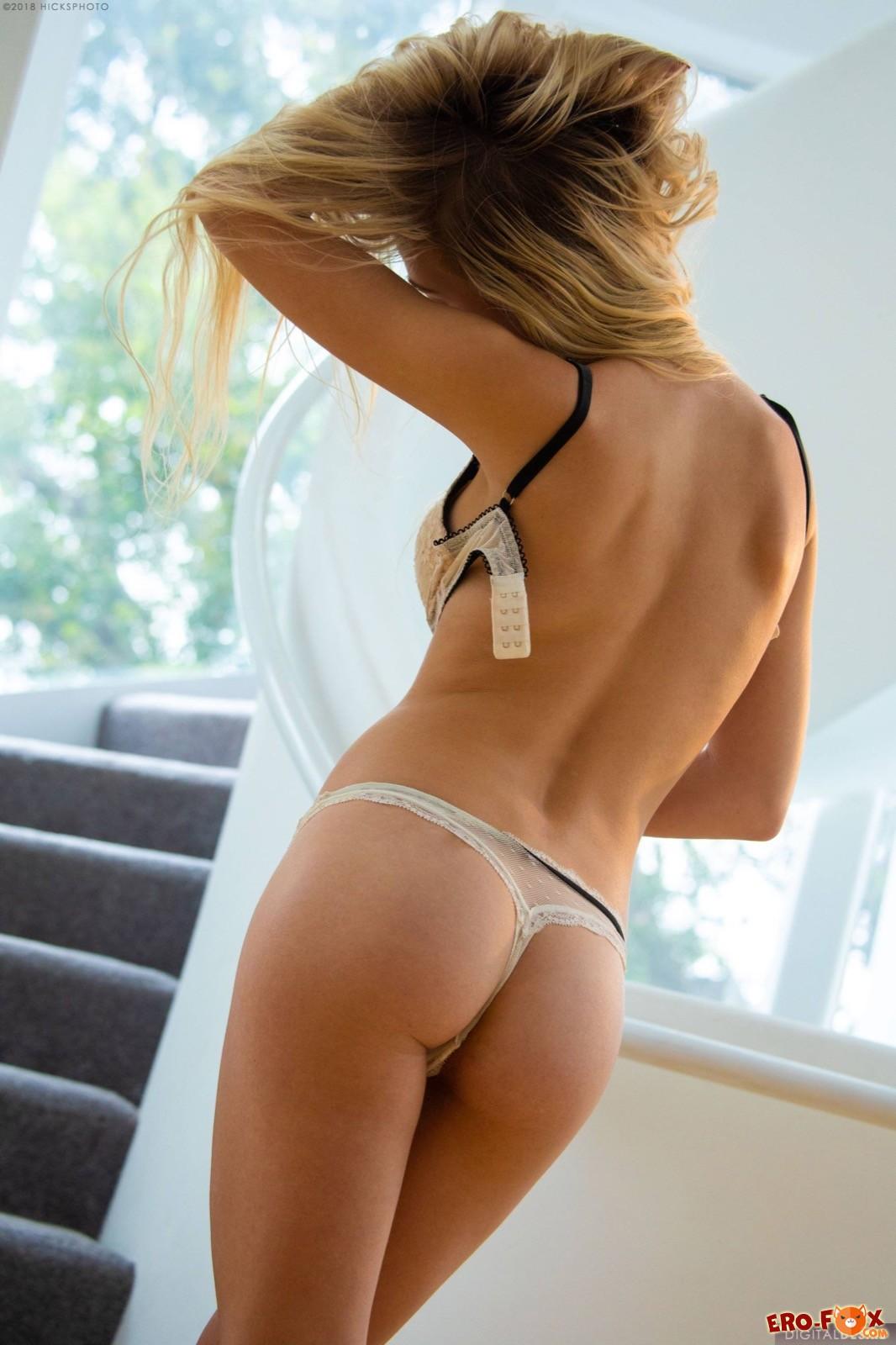 Красивая блондинка снимает трусики и лифчик - фото