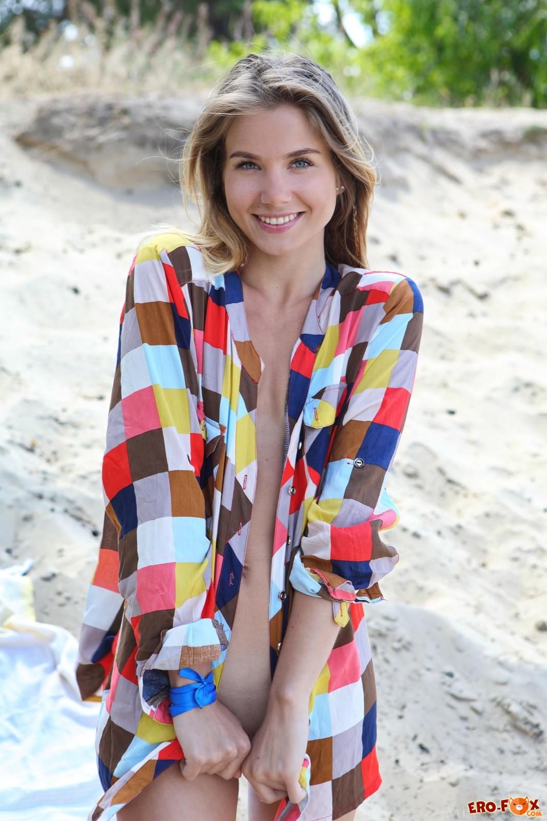 Милашка с плоской грудью сняла рубашку на пляже - фото