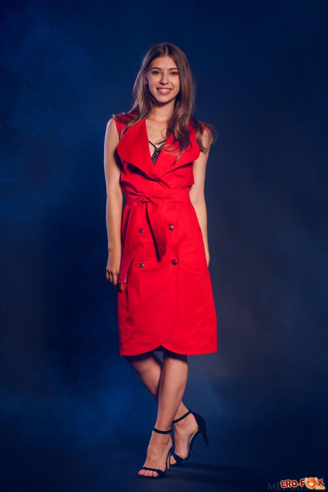 Модель в эротичном нижнем белье и красном плаще - фото