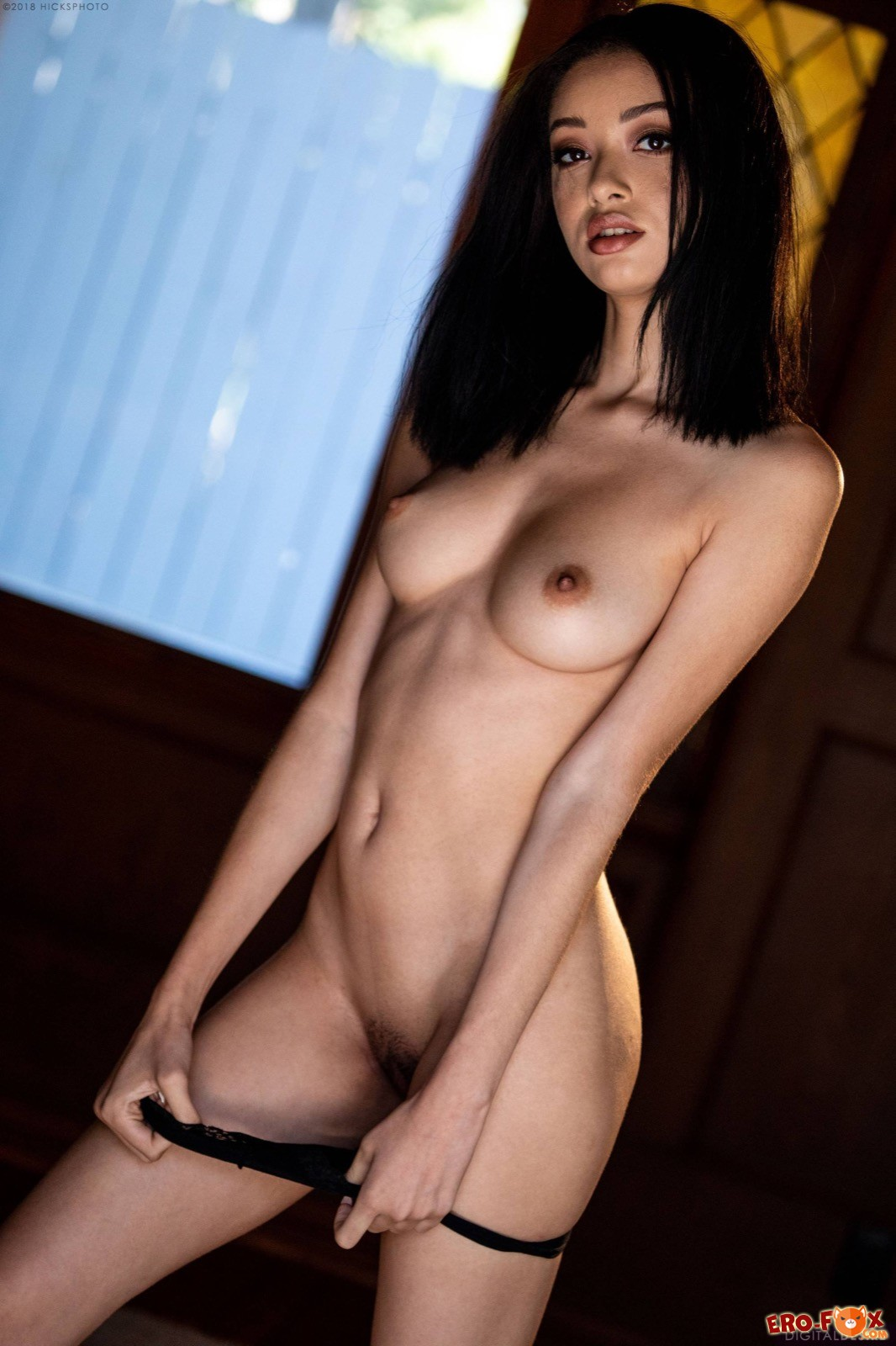 Брюнетка с упругими сиськами позирует голая - фото